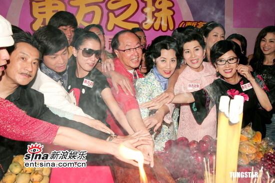 图文:众星出席《东方之珠》开机式--众人切乳猪