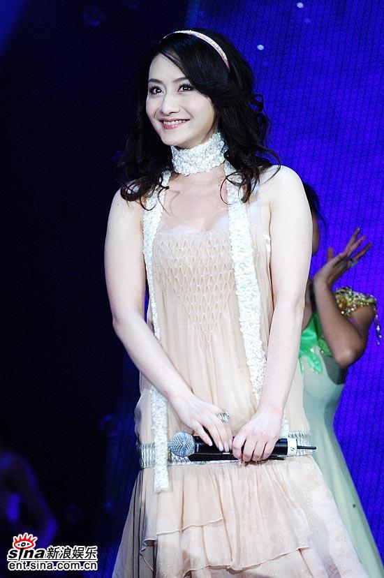 图文:上海电视节--陈德容米色晚装