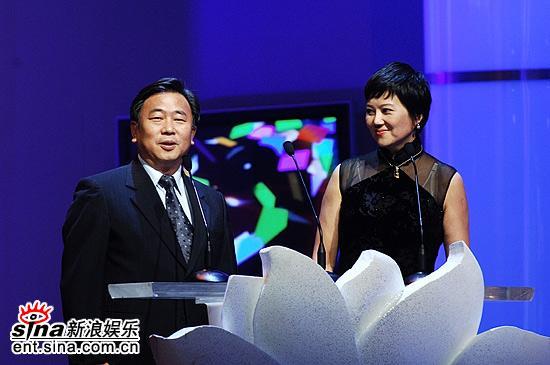 图文:评委会主席胡玫和穆端正揭晓最佳电视剧奖