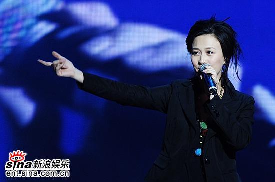 图文:上海电视节闭幕--那英献唱歌曲