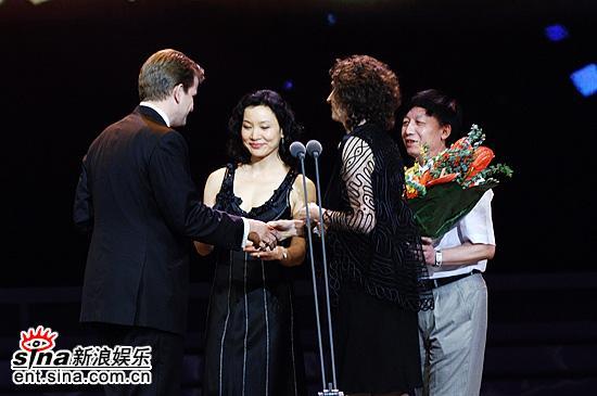 图文:陈冲易中天等颁发最佳历史文献类记录片奖