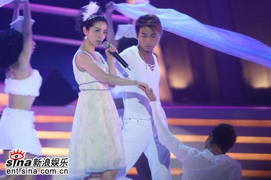 图文:为中国喝彩唱响香港--李冰冰白色清纯
