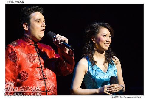图文:中国民乐奏响悉尼歌剧院-主持大江和梦桐