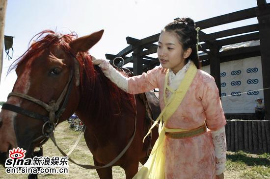 图文:《射雕》草原热拍--俏黄蓉和马儿沟通