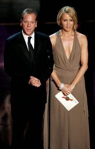 图文:弗莉蒂-赫夫曼和基弗-萨瑟兰上台颁奖