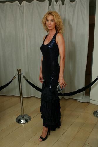 图文:艾美奖派对--詹娜-艾夫曼黑色晚装登场