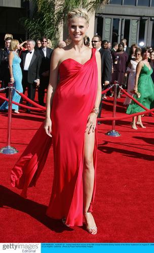 图文:海蒂-克拉姆亮相红地毯大秀美丽长腿
