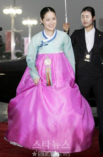 图文:梁美京现身首尔电视剧盛典亮相红地毯
