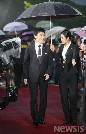 图文:日本演员草��刚现身红地毯专人为其打伞