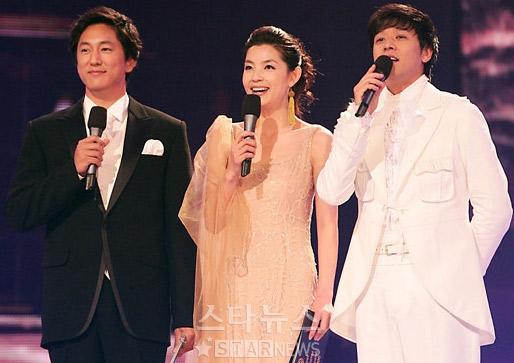 图文:首尔电视剧盛典三位主持人默契搭配