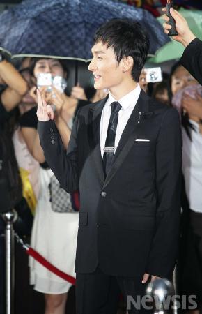 图文:首尔电视剧盛典红地毯草��刚自信满满