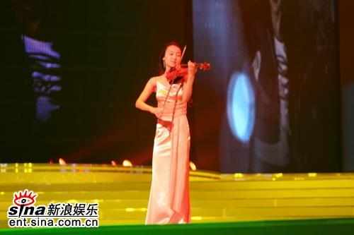 图文:表演者演奏《对不起,我爱你》主题曲