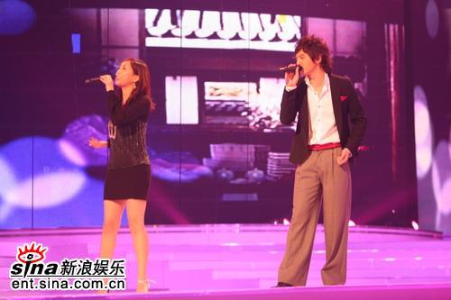 图文:首尔电视剧颁奖礼--J与Howl现场深情演唱