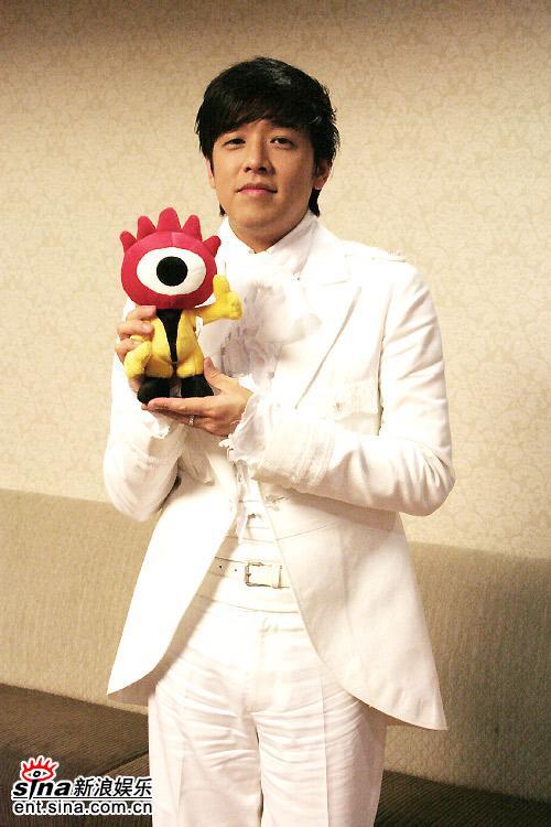 图文:首尔电视剧盛典主持人柳时元和小浪合影