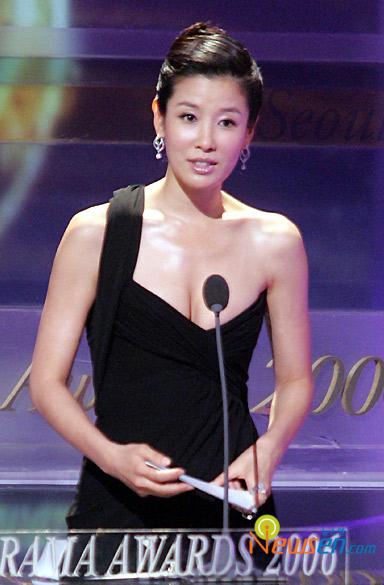 图文:首尔电视剧颁奖礼李太兰紧身礼服秀乳沟