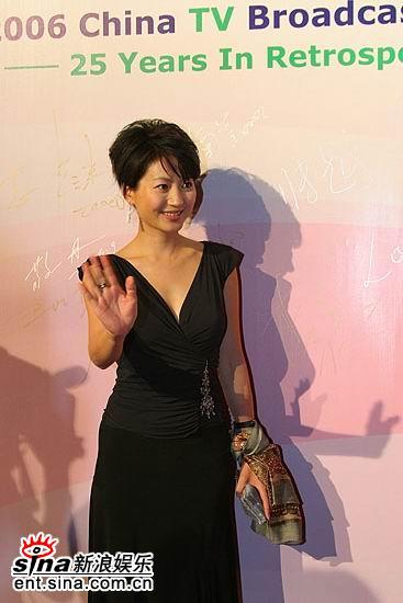 图文:2006主持人盛典红地毯--王小丫打招呼