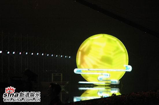 """图文:2006央视中秋晚会--舞台上升起""""明月"""""""