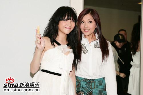 图文:TVB翡翠歌星贺台庆--卫兰卫诗姐妹俩搞怪