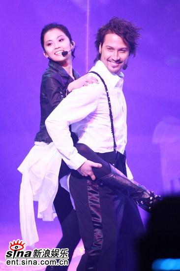 图文:TVB翡翠歌星贺台庆--阿Sa被Soler摸玉腿
