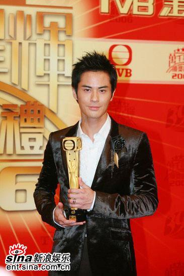 图文:TVB39周年台庆颁奖--郑嘉颖英气十足