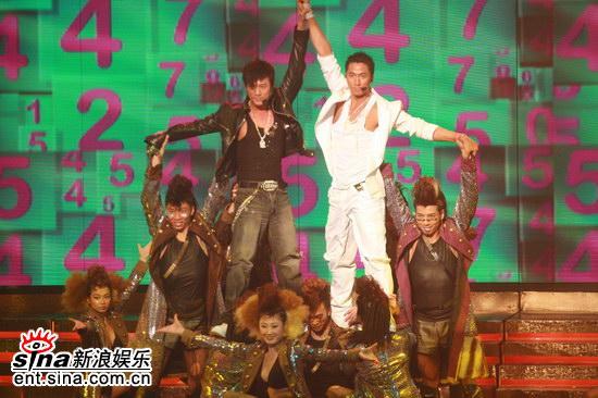 图文:林峰和吴卓羲火辣热舞--黑白超酷造型