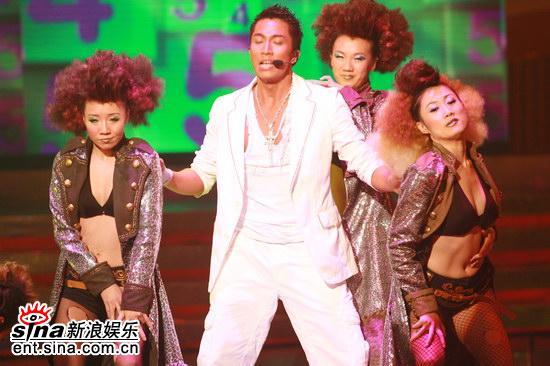 图文:林峰和吴卓羲火辣热舞--与性感的舞女郎