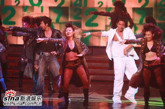 图文:林峰和吴卓羲火辣热舞--率领众辣女同台