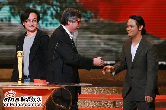 图文:TVB颁奖现场--刘天赐与领奖者握手