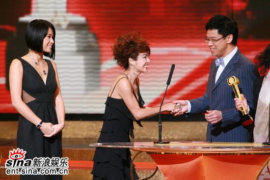 图文:《向世界出发》获奖--片方代表接过奖杯