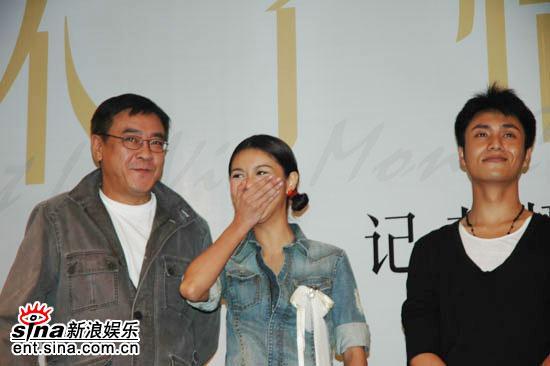 图文:《新不了情》广州亮相-薛凯琪可爱动作