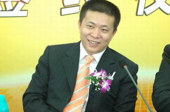 图文:签约仪式上新浪CEO兼总裁曹国伟淡淡微笑