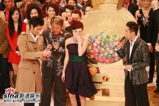 图文:TVB万千星辉贺台庆--佘诗曼捂嘴偷笑