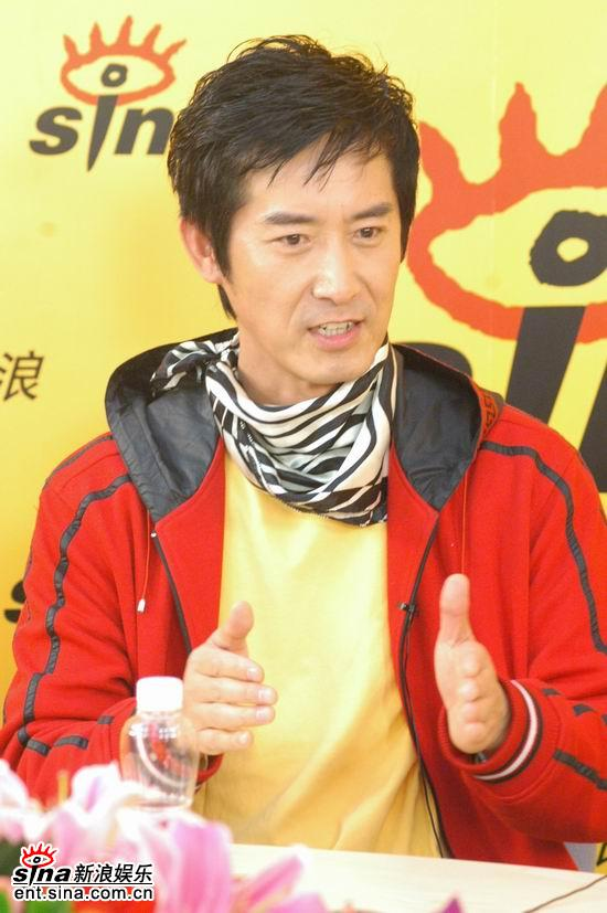 图文:《贞观之治》主演马跃--红黄色休闲服