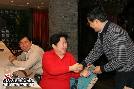 图文:《垂直打击》研讨会--研讨会嘉宾握手