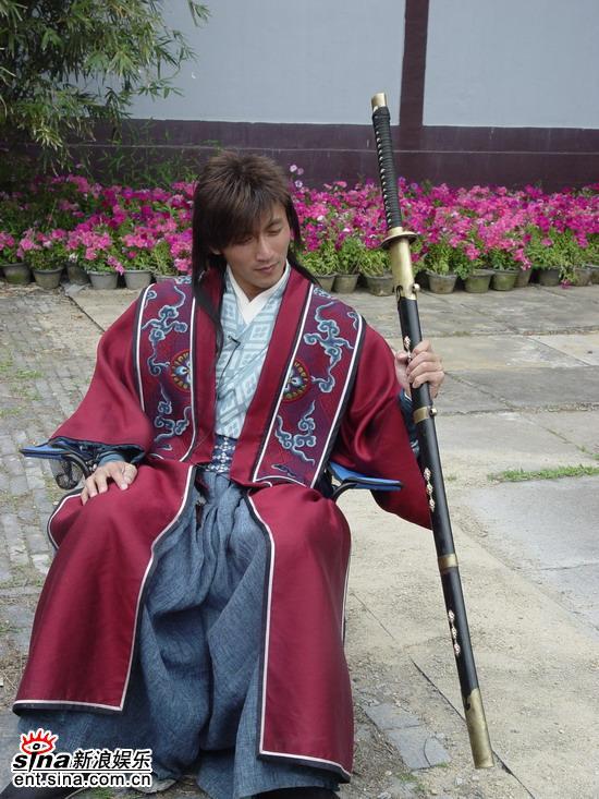 图文:《浣花洗剑录》独家探班--谢霆锋展示长剑