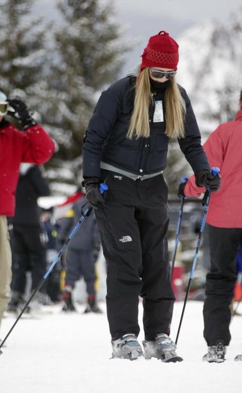 组图:《橘镇风云》女星与男友滑雪村甜蜜度假