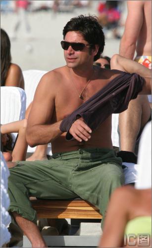 组图:《杰克兜兜转》男星与DJ好友迈阿密度假