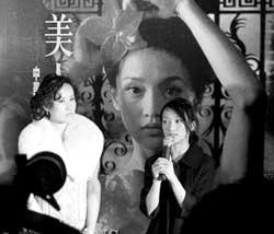 《美人依旧》13日首映周迅新片发布送嘉宾内衣