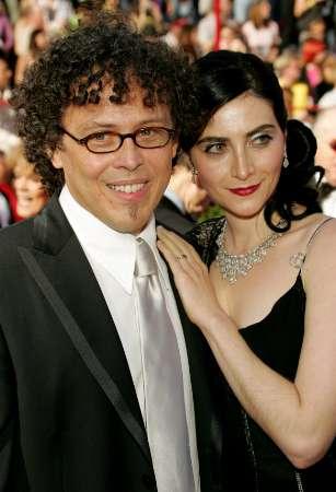 图文:何塞-里维拉与妻子亲密亮相红地毯