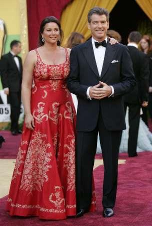 图文:布鲁斯南与妻子基莉踏上红地毯