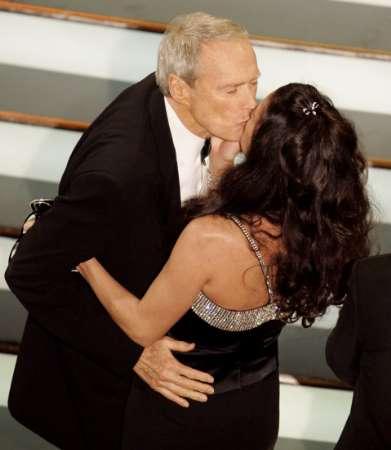 图文:伊斯特伍德热吻妻子迪娜