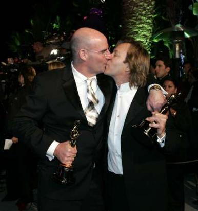 图文:罗伯特・哈德森与鲍比再度激吻