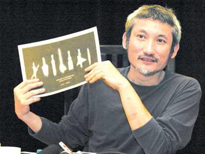 《七剑》关机后首次与记者见面徐克亮出七剑图