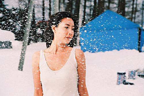 崔智友雪地显魅力穿丝质纱裙显完美肤质(附图)