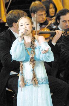 滨崎步在日本爱知世界博览会开幕式上演唱(图)