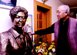 著名评剧表演艺术家花淑兰铜像栩栩如生(图)