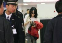 组图:王菲从香港飞抵北京机场对李亚鹏发牢骚