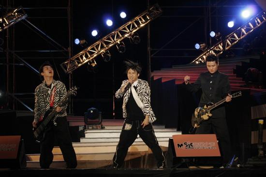 图文:花儿乐队带来青春动感的歌舞表演