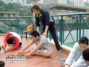 组图:方力申回母校港大游泳池边指导小师弟