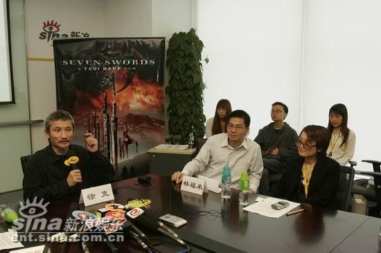 图文:徐克《七剑》签约新浪--与工作人员交流